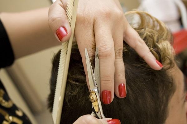 Top 3 des gestes du quotidien qui fragilisent les cheveux