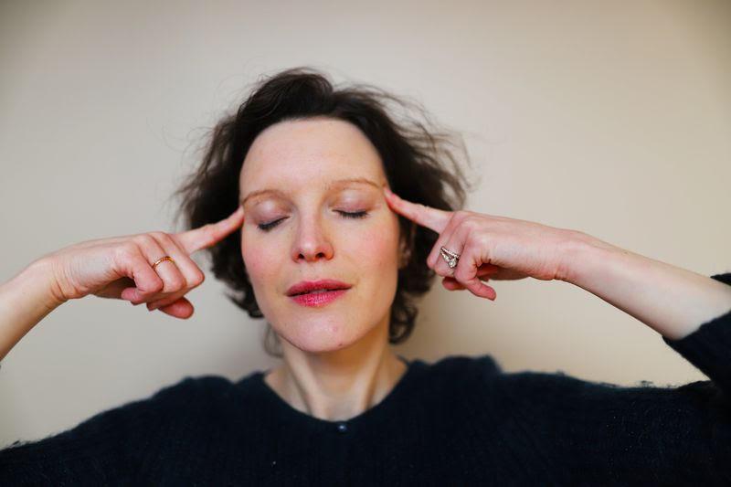 Bouger son visage en utilisant le yoga pour étirer la peau