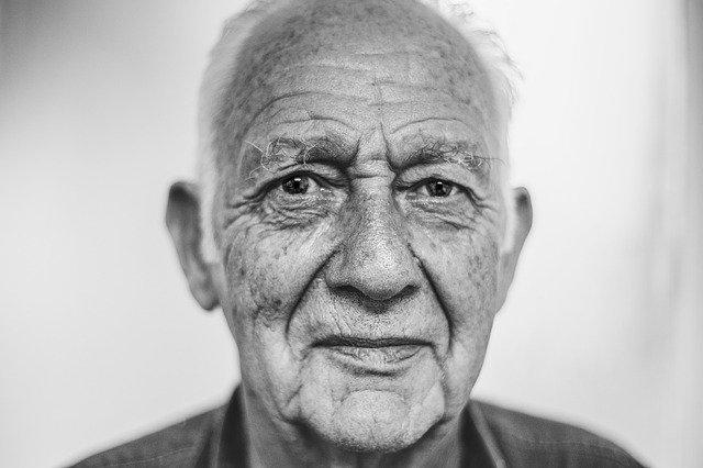 Maux de dos chez les seniors : causes, symptômes, traitements